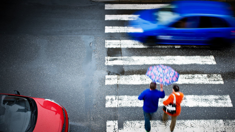Piesi i samochody na przejściu dla pieszych