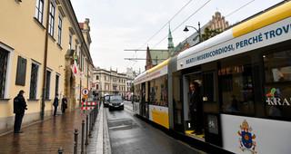 ŚDM: Papież wyruszył tramwajem na krakowskie Błonia. Spotka się tam z młodymi
