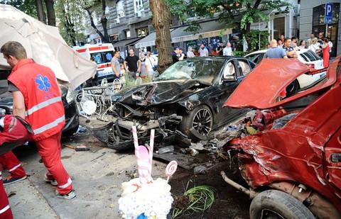 """Automobil uleteo u baštu kafića, povredio ljude, a pevačica koja se našla na licu mesta kaže: """"Pod stresom sam!"""""""
