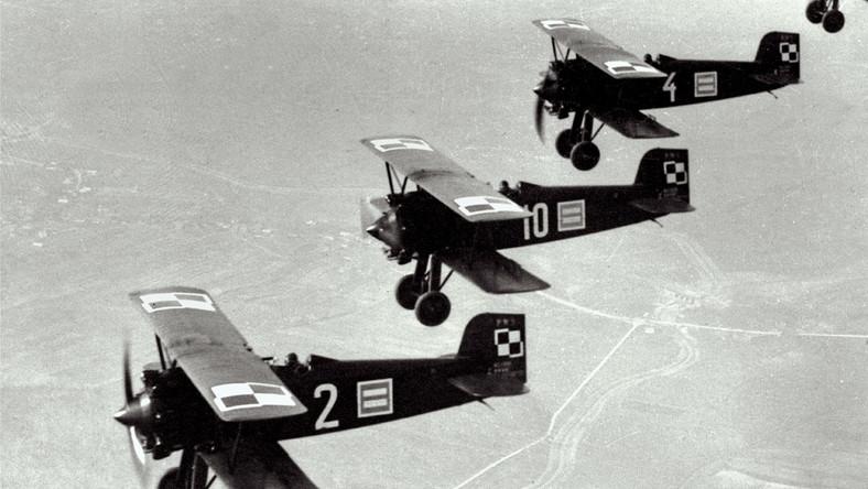 Samoloty myśliwskie PWS-A nad Krakowem, defilada z okazji święta Konstytucji 3 maja 1932 roku Józef Piłsudski nie należał do największych entuzjastów lotnictwa, zarówno wojskowego, jak i cywilnego. Za to córka marszałka, Jadwiga, wprost przeciwnie. W 1937 roku zaczęła latać szybowcami, w czasie II wojny światowej służyła w Królewskich Siłach Powietrznych (RAF) w Wielkiej Brytanii jako pilotka służby pomocniczej. Jej pasja do latania wzięła się z ogromnego zainteresowania Polaków podniebnymi podróżami. II Rzeczpospolita przeżywała rozkwit nie tylko lotnictwa, ale także szybownictwa i baloniarstwa...