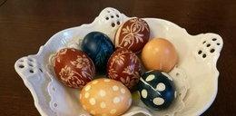 Prosty sposób na zdobienie jaj. Takie pisanki zachwycą każdego
