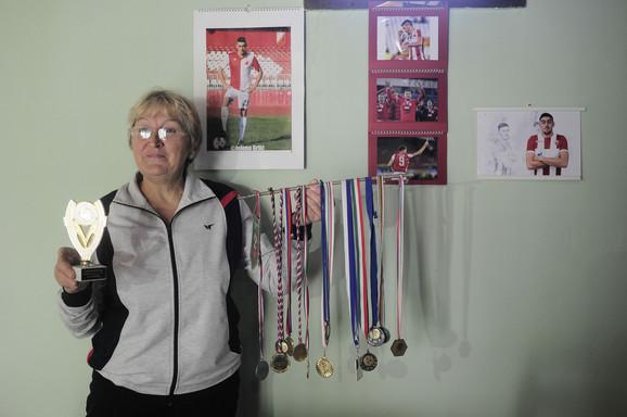 Zuzana Pavkov - ponosna na medalje sina Milana, Zvezdinog junaka u pobedi nad Liverpulom