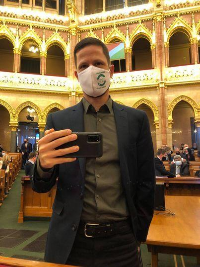Tordai Bence elő-szeretettel kérdezi a kormánypárti politikusokat a parlamentben, amelyet videóra is vesz /Fotó: Facebook