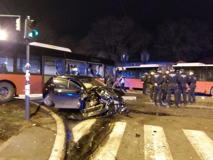 Nesreća u Zemunu, sudar dva autobusa GSP i automobila