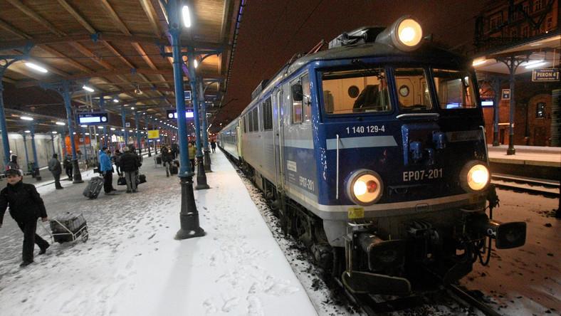 Sytuacja na kolei poprawia się. Opóźnione pociągi docierają do stacji