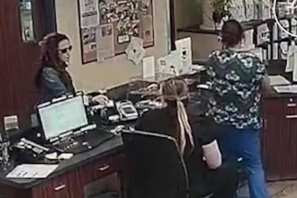 Preplašena devojka je bez reči dala CEDULJICU doktorkama, a čim su videle sadržaj poruke, hitno su pozvale POLICIJU