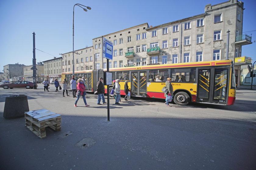 Zniknęła wiata z przystanku w Łodzi.
