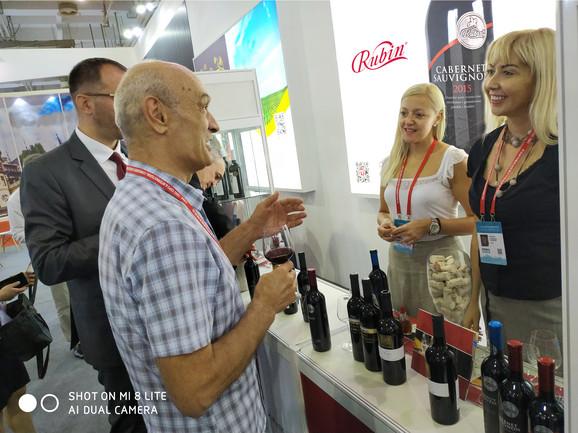 ZA ISTANČAN UKUS: Posetioci Sajma probaju srpska vina