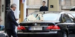 Minister je, a szofer czeka