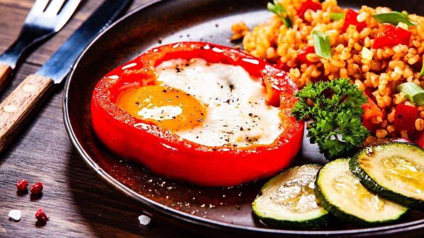 Jajko sadzone na śniadanie lub obiad? Pomysł na szybki i zdrowy posiłek
