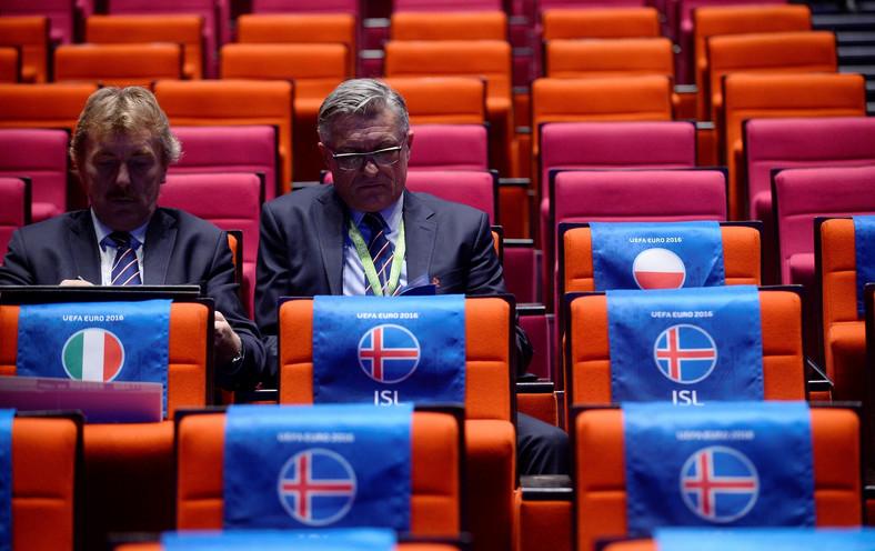 Prezes PZPN Zbigniew Boniek (L) i selekcjoner reprezentacji Polski Adam Nawałka w oczekiwaniu na losowanie grup mistrzostw Europy 2016 w piłce nożnej, które odbędzie się w Palais des Congres de la Porte Maillot w Paryżu