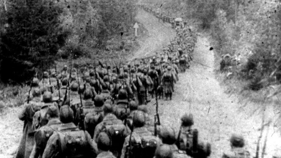 Oddziały sowieckie wkraczają na terytorium Polski (fot. NAC, sygn 37-221)
