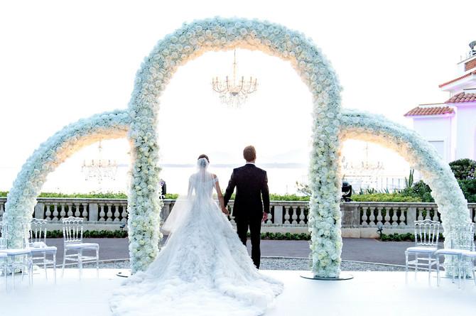 Anaj sa suprugom ispred oltara u čuvenom