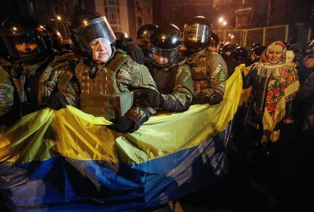 Przepychanki nacjonalistów z policją na Majdanie