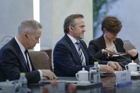 Šef diplomatije Anders Samuelsen (u sredini)