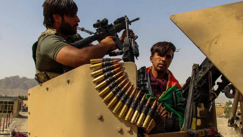 Afgańskie siły bezpieczeństwa stoją na straży w punkcie kontrolnym w pobliżu granicy Spin Boldak z Pakistanem