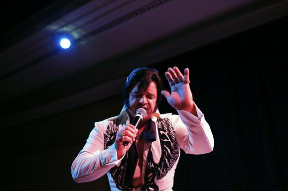 Toni Freitas iz Oukdejla u Kaliforniji, kao Elvis
