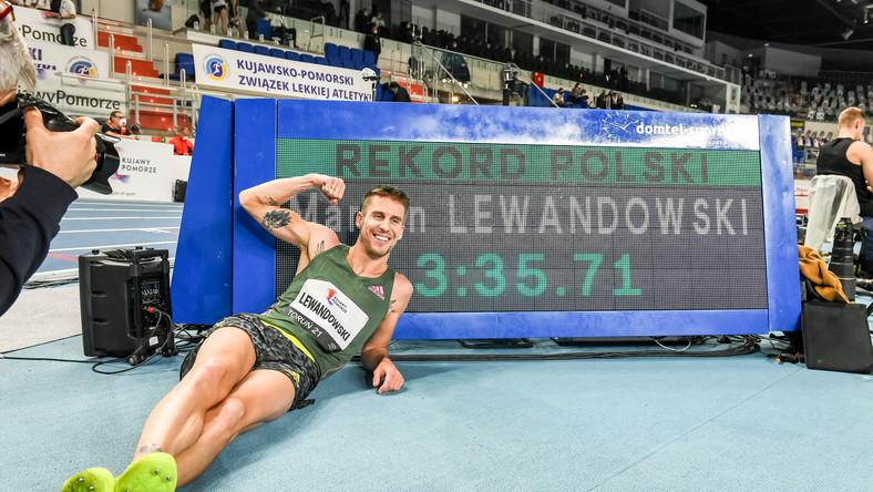 Marcin Lewandowski cieszy się z rekordu Polski po biegu na 1500 m, podczas halowego mityngu lekkoatletycznego Copernicus Cup w Toruniu