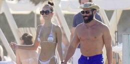 Słynny milioner pokazał się z nową dziewczyną na plaży