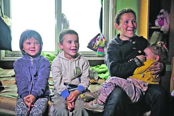 Mališani su živeli u kući bez krova, vrata i struje