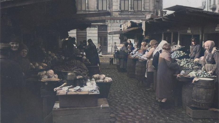 Kercelak w 1927 r. Stoiska z owocami i warzywami. Źródło: Narodowe Archiwum Cyfrowe.