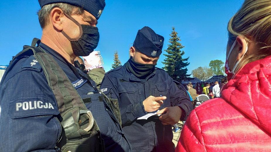 Policjanci kontrolują osoby bez maseczek