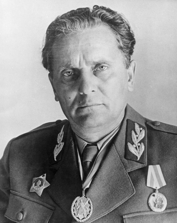 Tito nije Tito, već ruski agent koji je ukrao identitet pravom Titu u Rusiji 1937. godine. Pravi Broz nije imao kažiprst i srednji prst na levoj ruci