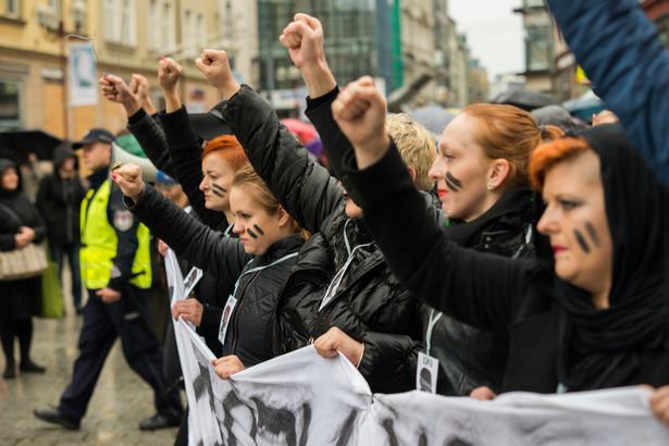 """Chodzi o wydarzenia z 3 października 2016 r., kiedy to na kieleckim Rynku odbył się """"Czarny protest"""" kobiet przeciwko projektowi ustawy bezwzględnie zakazującej aborcji."""