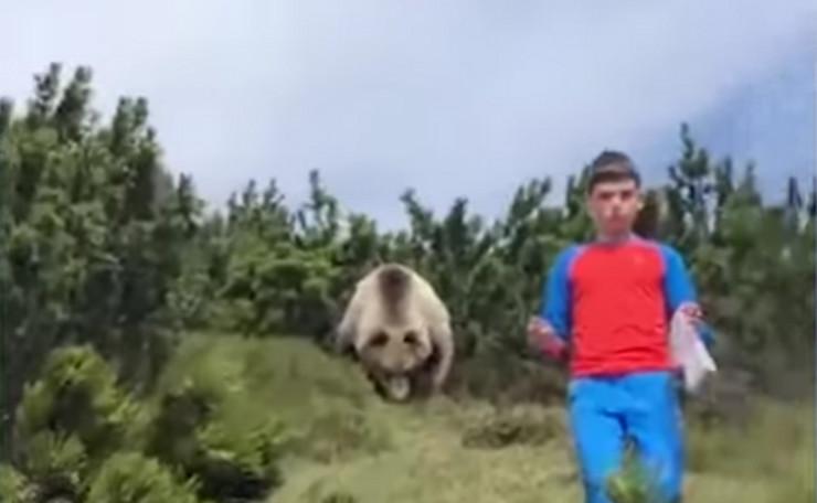 Dečak i medved