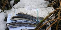 Leniwy doręczyciel wyrzucał listy do lasu!
