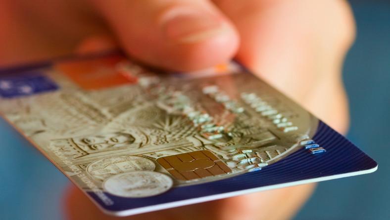 Tak zarobisz na karcie kredytowej