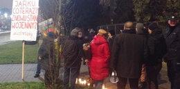 Ludzie przyszli pod dom Kaczyńskiego. Pojawiła się policja FOTO