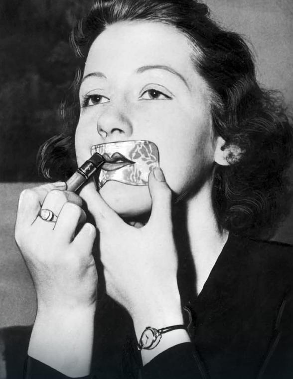 Nic tak nie rujnuje makijażu jak źle pomalowane usta. W latach trzydziestych niewprawną rękę można było wspomóc specjalnym szablonem. Taki wzornik pozwalał uzyskać upragniony kształt dzięki dwóm pociągnięciom szminki.