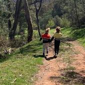 Majka fotkala decu u šetnji: Kad je pogledala sliku nije mogla da dođe sebi jer su bili U ŽIVOTNOJ OPASNOSTI
