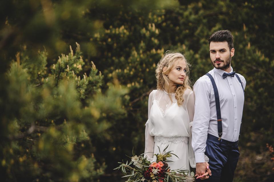 Sesja ślubna w klimacie boho z zielonym iglastym tłem