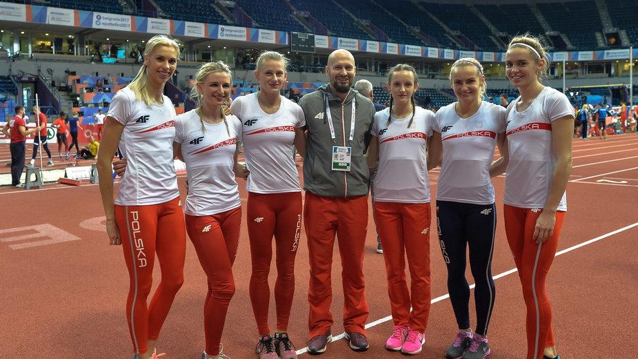Trener Aleksander Matusiński z polskim biegaczkami