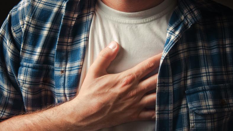Dławica piersiowa. Czym jest, czym grozi i jakie są obawy?