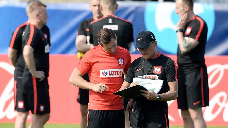 Grzegorz Krychowiak (L) i selekcjoner kadry Adam Nawałka