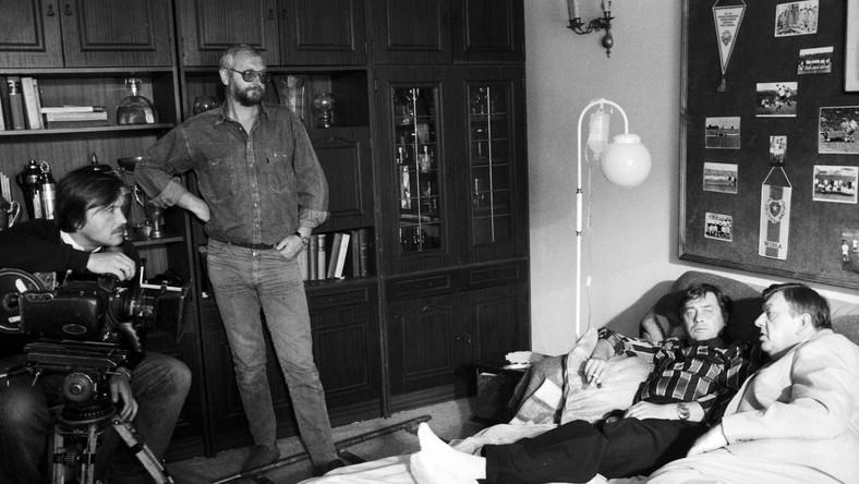 """Ralizacja filmu """"Piłkarski poker"""" w reżyserii Janusza Zaorskiego. Nz. operator Witold Adamek (L), Janusz Zaorski (2L) oraz aktorzy Janusz Gajos (2P) i Mariusz Dmochowski (P)"""
