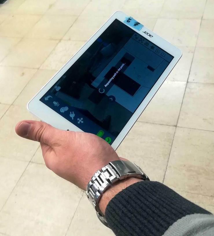 """Robot """"ide"""" na tablet"""