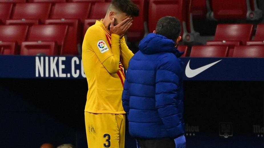 Gerard Pique schodzi z boiska po doznaniu kontuzji
