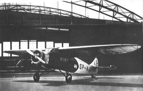 PWS-24 był jednym z najmniejszych samolotów lotu. Zabierał tylko 4 pasażerów. W tle widoczne hangary lotniska Okęcie