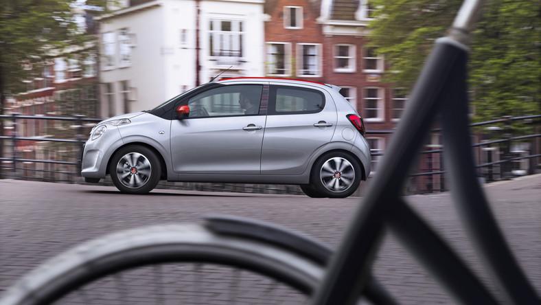 """W 2005 roku w czeskiej fabryce w koncernu PSA w Kolinie, ruszyły taśmy produkcyjne z """"trojaczkami"""", czyli wymyślonymi wspólnie przez inżynierów Citroena, Peugeot i Toyoty. Po dziewięciu latach przyszła pora na zmianę warty - Citroen ogłosił właśnie, że wprowadza na polski rynek nową generację C1. Zobacz, co i za ile dostaną kierowy nad Wisłą..."""