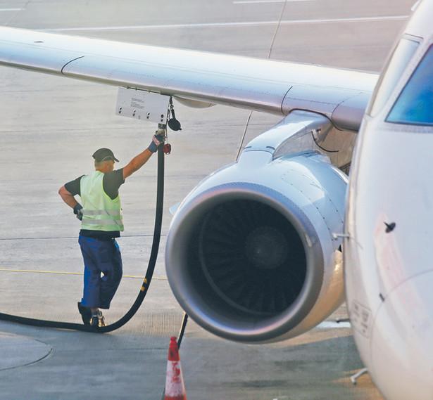 Paliwo jest nadal rozwożone po płycie lotniska samochodowymi cysternami fot. MikeDotta/Shutterstock