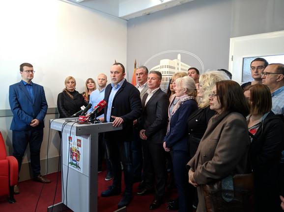 Zamenik šefa odborničke grupe SNS u SG Niša Ivan Jovanović i odbornici vladajuće većine