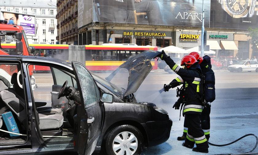 W Al. Jerozolimskich spłonął citroen. Na szczęście kierowcy auta nic się nie stało. Ogień pojawił się w komorze silnika. Pożar ugasili strażacy.
