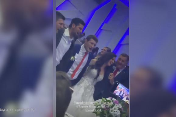 KAKO IZGLEDA KAD SE VESELI NAJBOLJI NA SVETU Novak Đoković se opustio na svadbi našeg džudiste, a OVA PESMA ga je pogodila u srce /VIDEO/