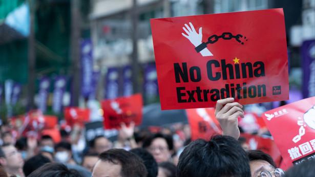 """Nauczyciele, którzy dołączyli w weekend do rewolucji, zgromadzili się na jednym z placów w dzielnicy finansowej Central. Później przemaszerowali w kierunku siedziby szefowej lokalnej administracji, Carrie Lam, skandując """"Hongkońska policja zna prawo i je łamie""""."""