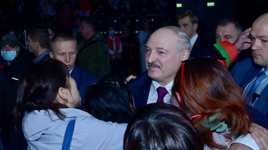 Aleksander Łukaszenko z uczestnikami zjazdu białoruskiej Unii Kobiet, 17 września 2020 r.