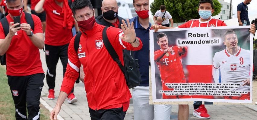Reprezentacja Polski już w Sewilli. Przywitał ich chłopiec z plakatem po niemiecku. Co tam było napisane? [ZDJĘCIA]